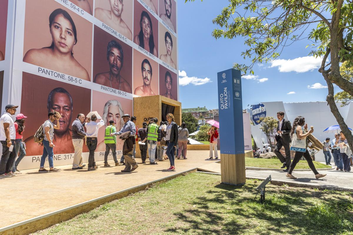 Pabellón de Quito para Habitat III. Exposición de Angélica Dass y proyecciones interiores en el interior del cubo. Secretaría de Cultura de Quito, 2016, Ecuador. Curaduría de Claudi Carreras.
